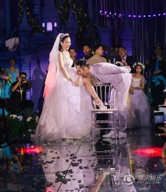 Hành động gợi cảm mà chú rể dành cho cô dâu trước lời thách đố của mọi người có mặt tại hôn lễ.