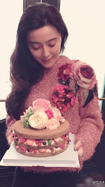 Phạm Băng Băng tự tay chọn hoa và chuẩn bị hai chiếc bánh sinh nhật cho bạn trai. Cô không quên gửi tới anh những lời ngọt ngào Chúc anh sinh nhật vui vẻ! Anh phải luôn hạnh phúc nhé.