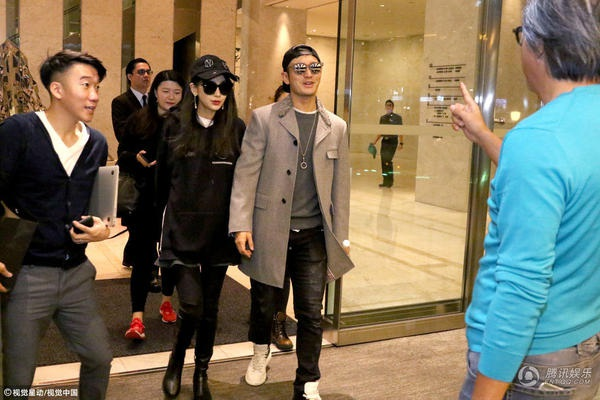 Vợ chồng Angelababy và Huỳnh Hiểu Minh trông vô cùng thời trang và sành điệu.