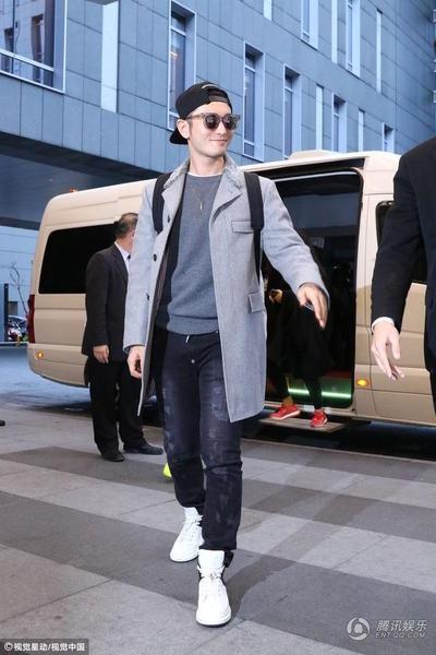 Huỳnh Hiểu Minh đang có mặt tại Đài Loan để quảng cáo cho bộ phim mới mà anh tham gia. Nam diễn viên điển trai lịch lãm với quần jeans sẫm màu, áo len kết hợp với măng tô màu sáng và đôi giày thể thao thời trang.