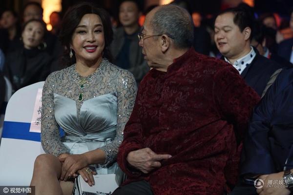 Ngôi sao 61 tuổi hiện sống tại Mỹ nhưng vẫn về Trung Quốc tham gia một số hoạt động nghệ thuật khi được mời và thăm bạn bè. Bà kết hôn với người chồng thứ tư vào năm 2013. Chồng bà là một doanh nhân gốc Hoa sống và làm việc tại Mỹ. Ông đã từng có một đời vợ và có con riêng trước khi kết hôn với Lưu Hiểu Khánh.
