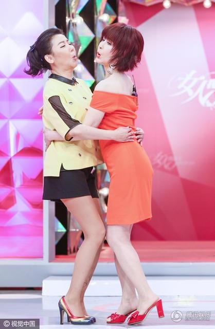 Bà ôm hôn MC của chương trình, một cô gái kém bà tới hơn 20 tuổi. Dù đã ở tuổi 71, Phan Nghinh Tử vẫn khiến những đồng nghiệp cùng lứa hay kém tuổi phải ghen tị bở vẻ đẹp vượt thời gian.