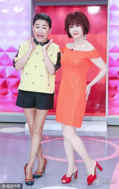 Phan Nghinh Tử diện váy màu cam trễ vai tới tham gia một show truyền hình thực tế tại Đài Loan, ngày 20/11. Nữ diễn viên 71 tuổi khoe làn da trắng mịn và dáng vóc thanh mảnh.