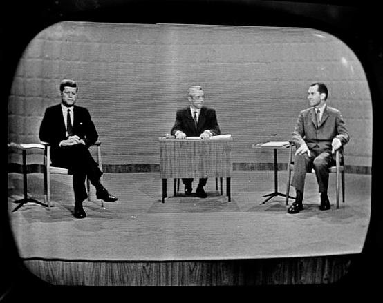 Hai ứng viên Kennedy (trái) và Nixon (phải) trong cuộc tranh luận ngày 26/9/1960 (AnhrL AP)
