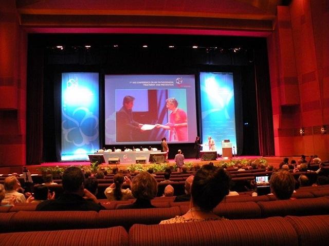 Chàng trai Việt được GS Françoise Barré-Sinoussi (Giải Nobel Y học 2008, người tìm ra virus HIV) trao giải thưởng của Hiệp hội AIDS quốc tế tại Hội nghị AIDS quốc tế năm 2013.
