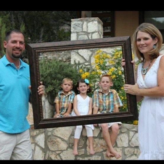 Không cần phải đến studio, chỉ với một chiếc khung ảnh cũ các bạn cũng đã có thể tạo ra bức ảnh gia đình cực kỳ độc đáo.