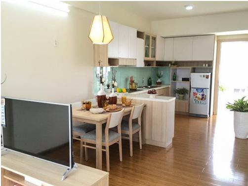 Tuy diện tích vừa phải nhưng phòng khách bố trí liên thông với phòng ăn và bếp tạo nên không gian ấm cúng, tối ưu hóa diện tích sử dụng căn hộ Flora Fuji.