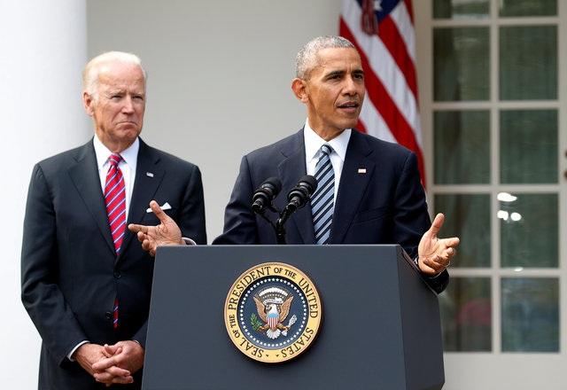 Vào sáng ngày 9/11 giờ Mỹ, Tổng thống Obama đã có bài phát biểu tại Vườn Hồng, Nhà Trắng sau khi bà Clinton, cùng là thành viên thuộc đảng Dân chủ và được ông ủng hộ mạnh mẽ, thua đậm trong bầu cử. Đứng cạnh ông là Phó tổng thống Joe Biden. (Ảnh: Reuters)