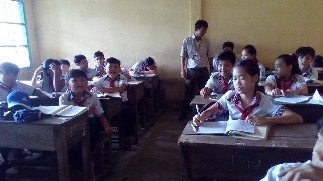 Thầy giáo Lâm Văn Cam và các học trò ở Cù Lao Dung.