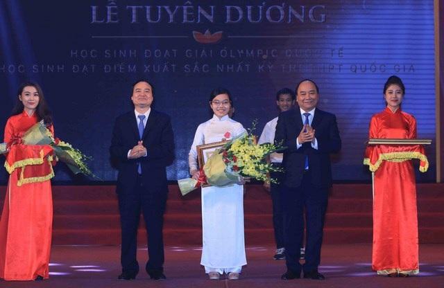Thủ tướng trao Huân chương Lao động hạng Ba cho em Đinh Thị Hương Thảo, hai năm liền đoạt Huy chương Vàng Olympic Vật lí quốc tế 2015 và 2016.