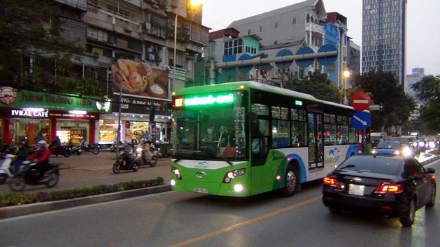Ô tô, xe máy phải nhường đường cho buýt nhanh lên cầu vượt Láng Hạ - Huỳnh Thúc Kháng