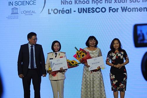 Tiến sĩ Nguyễn Thị Mùa và GS.TS Nguyễn Thị Lang nhận giải thưởng