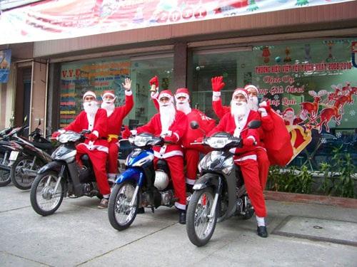 Nhiều nhóm bạn cũng tranh thủ dịp Giáng sinh hóa thân thành ông già Noel đi tặng quà cho các em nhỏ