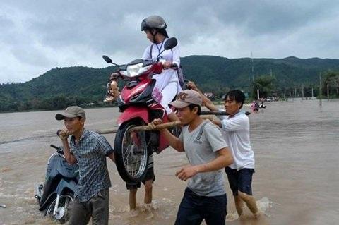 Nhóm thanh niên khiêng nữ sinh cùng xe vượt lũ