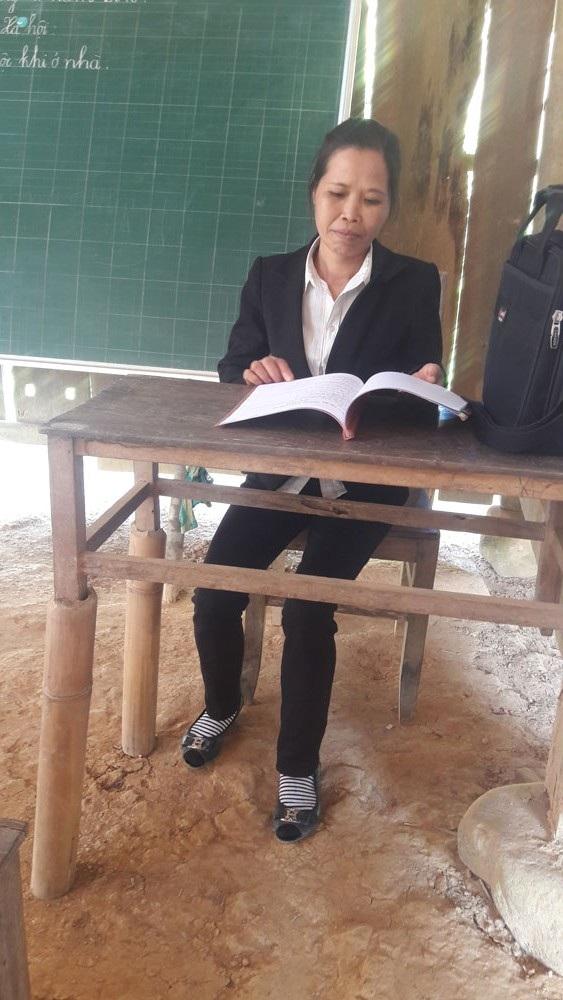Bàn giáo viên bị gãy chân nên các cô phải dùng tạm ống nứa kê cao để soạn giáo án