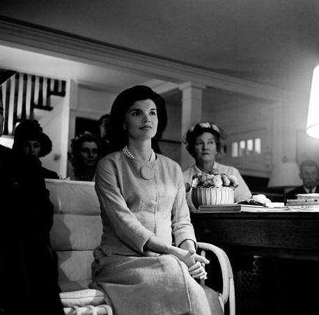 Bà Jacqueline Kennedy theo dõi cuộc tranh luận của chồng vào ngày 26/9/1960 tại nhà riêng ở Hyannis Port, bang Massachusetts. Khi đó, bà Kennedy đang mang thai 6 tháng đứa con thứ 2. (Ảnh: AP)