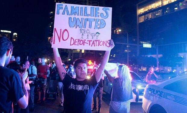 Một người biểu tình ở Miami, Florida ngày 11/11. (Ảnh: Reuters)