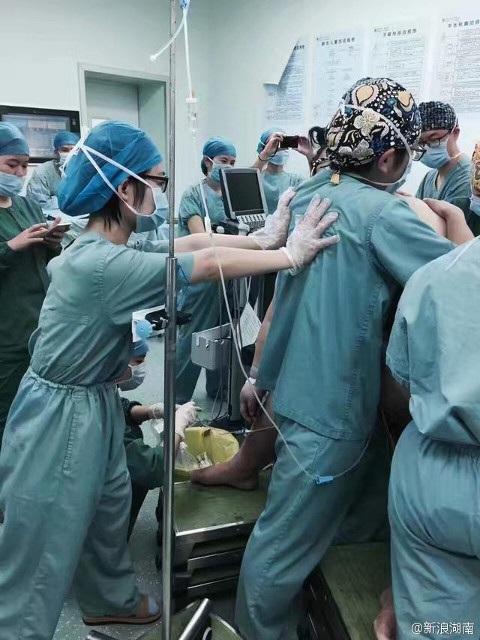 Tổng cộng 16 nhân viên y tế đã có mặt để giúp đỡ đẻ