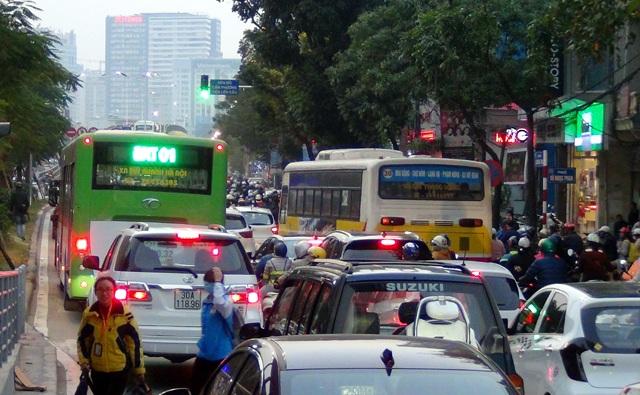 Buýt thường và buýt nhanh chạy song song, tuyến đường Láng Hạ bị ùn tắc kéo dài