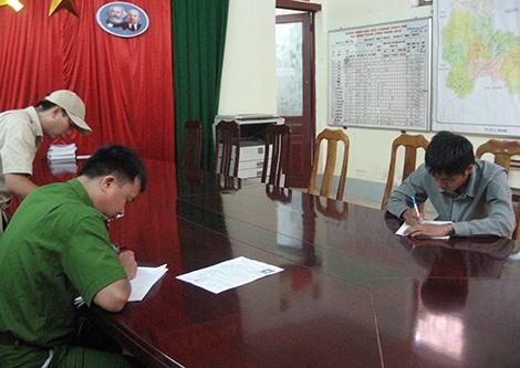 Cán bộ Phòng Cảnh sát Truy nã tội phạm - Công an tỉnh Lạng Sơn lấy lời khai của đối tượng.