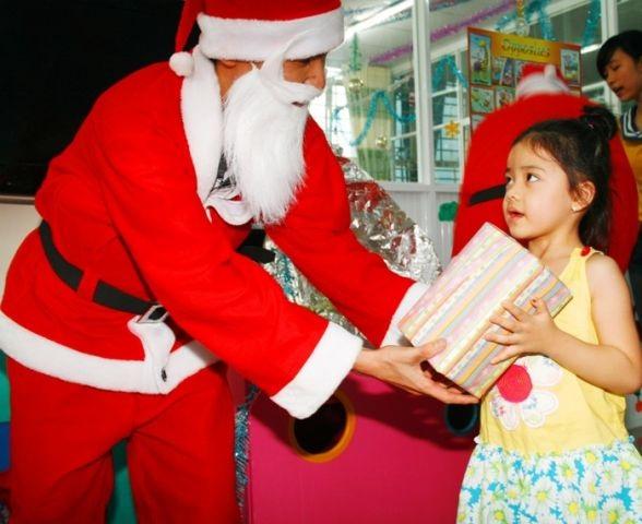 Các công ty, cửa hàng cung cấp dịch vụ ông già Noel tặng quà cũng bắt đầu vào mùa