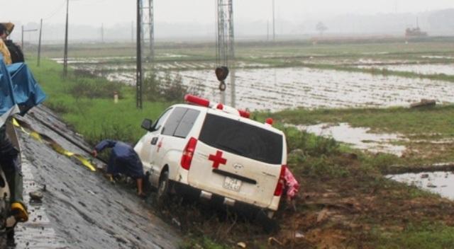 Chiếc xe cấp cứu tư nhân lao xuống ruộng, may là trên xe không có bệnh nhân