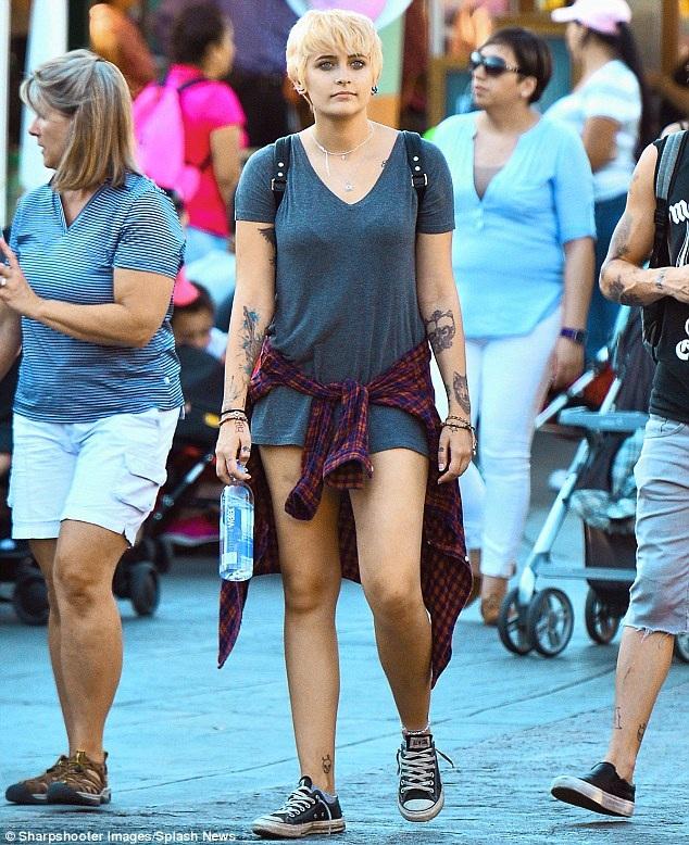 Cha ruột của Paris qua đời vì sốc thuốc vào năm 2009 còn mẹ ruột của cô mới phát hiện mắc bệnh ung thư vào năm 2016.