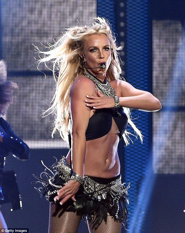 Britney Spears bốc lửa trên sân khấu - 10