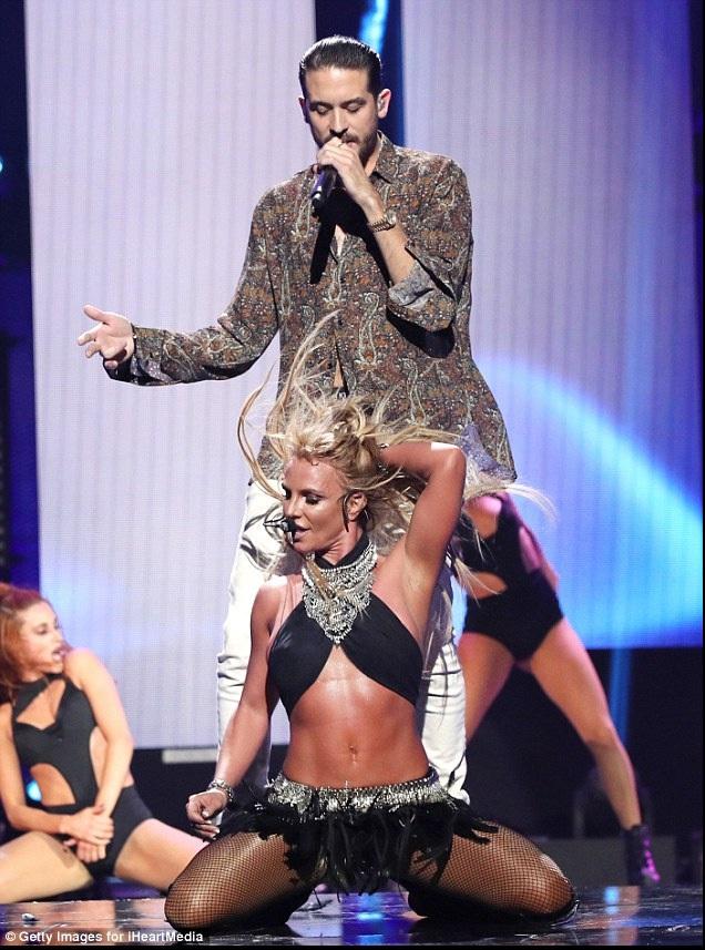 Ngôi sao 34 tuổi diện trang phục kiệm vải khoe thân hình săn chắc, và làn da nâu bóng khỏe khoắn trên sân khấu.