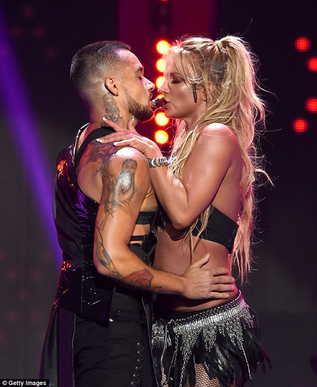 Britney Spears bốc lửa trên sân khấu - 8