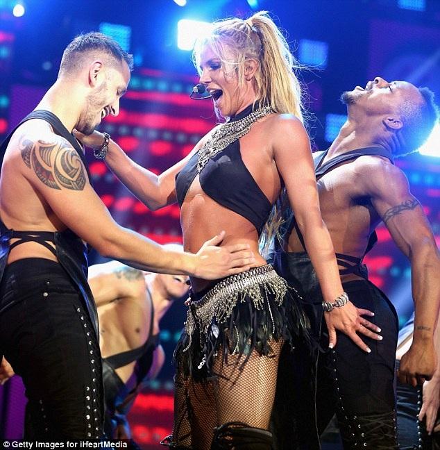 Britney khiêu vũ cùng dàn vũ công nam