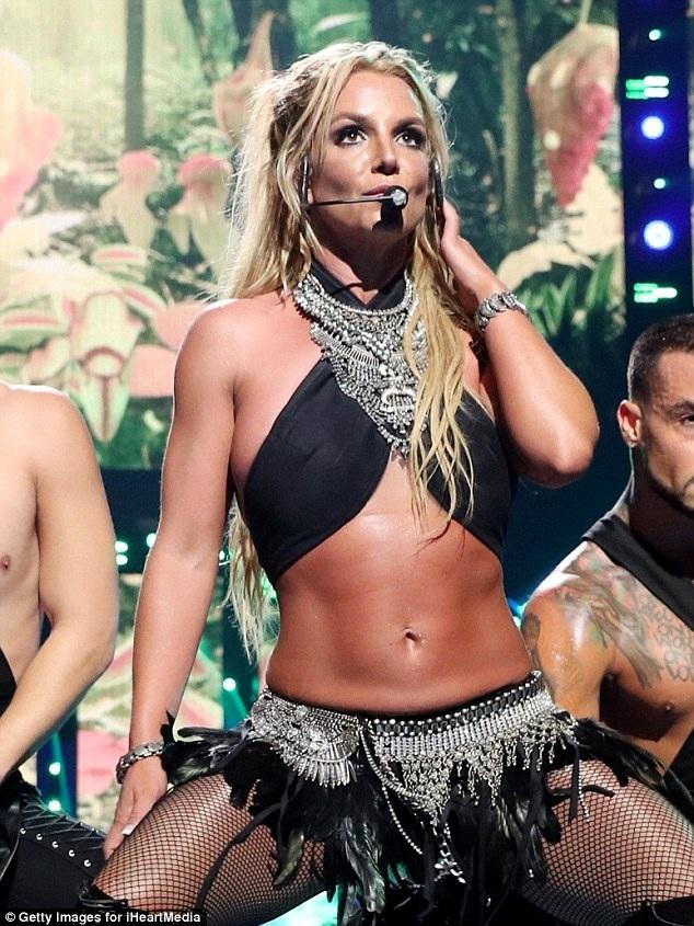 Britney Spears bốc lửa trên sân khấu - 6