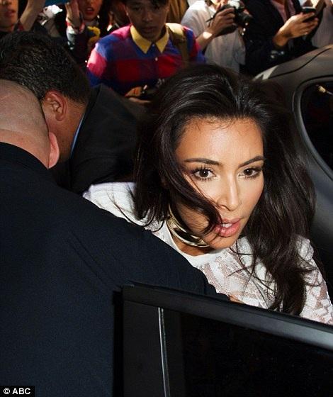Kim Kardashian phát hoảng khi bị fan cuồng đòi sàm sỡ - 22