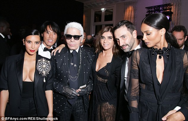 Nhà thiết kế Karl Lagerfeld chỉ trích Kim khoe khoang của cải và biến mình thành mồi cho bọn cướp.