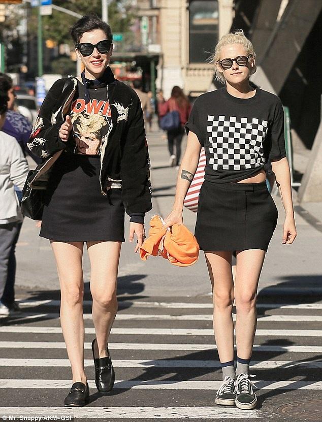 Những hình ảnh của Kristen Stewart và St. Vincent làm rộ lên thông tin hai người đang làm một cặp. Đã vài tuần, Kristen không xuất hiện bên trợ lý của mình Alicia Cargile.