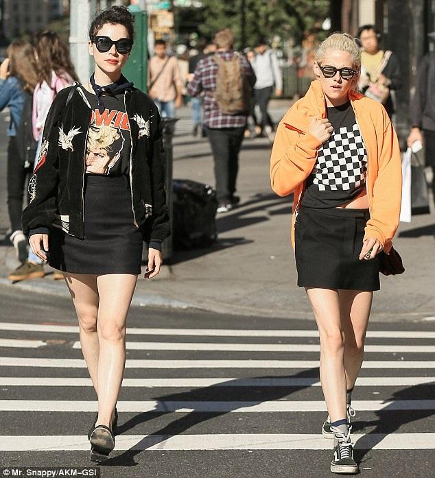 Kristen Stewart xuất hiện trên đường phố New York cùng nữ ca sĩ St. Vincent, ngày 5/10.