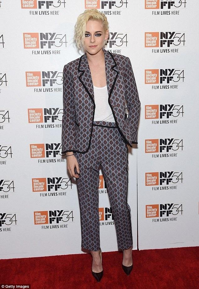 Sau Chạng Vạng, Kristen đã nỗ lực thay đổi hình ảnh của mình để chứng minh khả năng diễn xuất đa dạng. Trong bộ phim Personal Shopper mà cô tham gia, ngôi sao 26 tuổi còn có cảnh nóng vô cùng táo bạo.