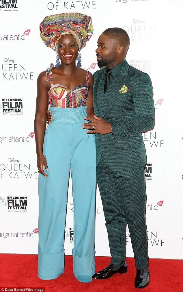 Nữ diễn viên gốc Kenya tạo dáng cùng bạn diễn David Oyelowo.