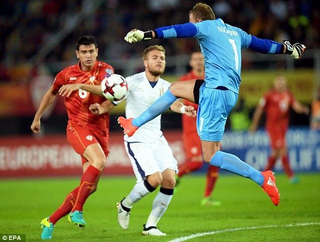 Macedonia (đỏ) ghi hai bàn liên tiếp ở hiệp 2