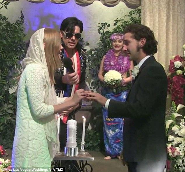 Cặp đôi cùng trao nhau nhẫn cưới và thề nguyện yêu thương nhau tới cuối đời.