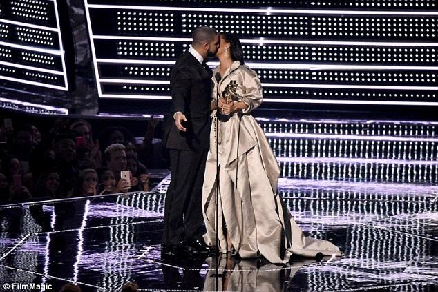 Drake tỏ tình với Rihanna tại lễ trao giải MTV năm 2016, hồi tháng 8/2016.
