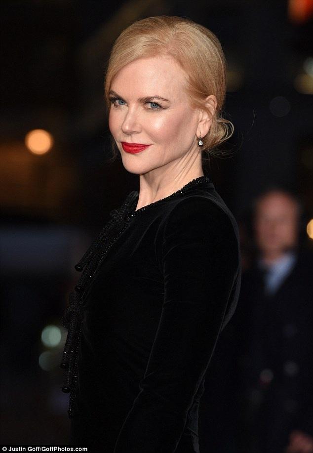 Nicole Kidman loay hoay giữ váy vì gió to - 14