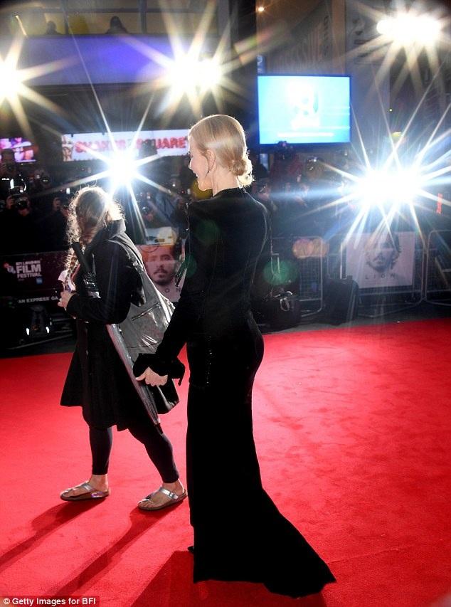 Nicole Kidman loay hoay giữ váy vì gió to - 16