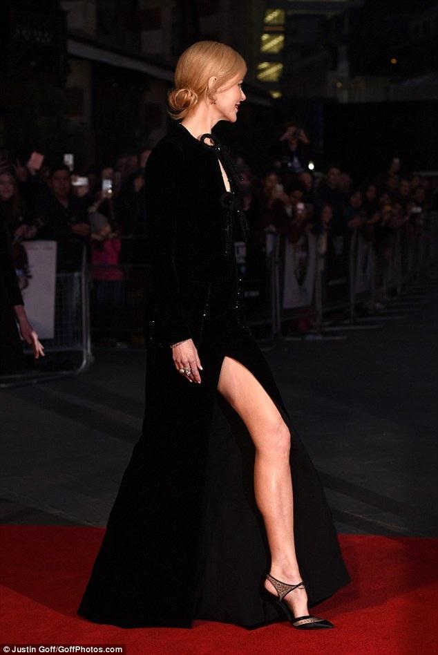 Nữ diễn viên 49 tuổi sở hữu đôi chân hoàn hảo.