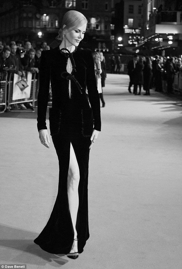 Nicole Kidman loay hoay giữ váy vì gió to - 11
