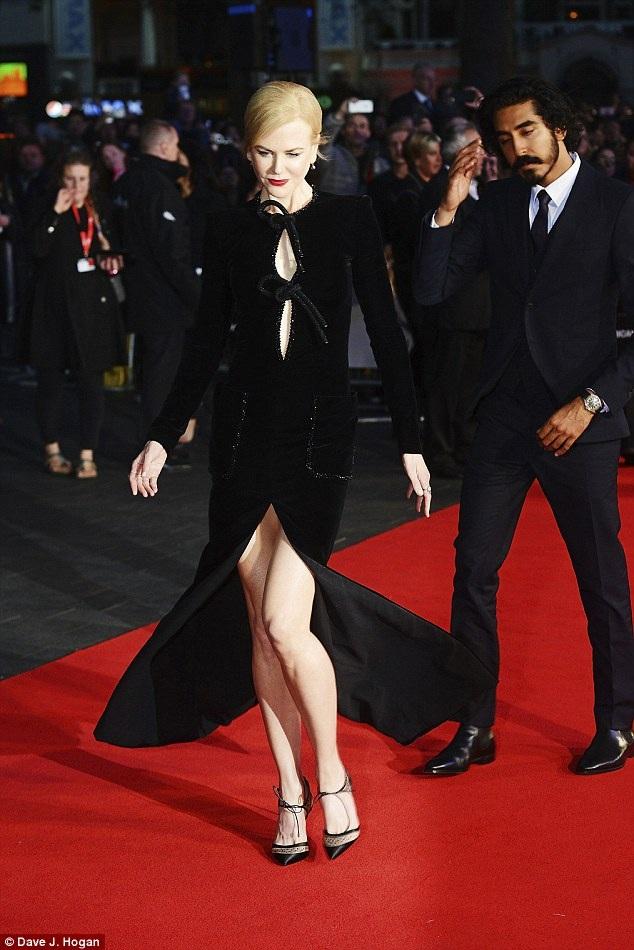 Vợ cũ của tài tử Tom Cruise đẹp như một nữ thần trên thảm đỏ với chiều cao nổi bật và thân hình thanh mảnh.