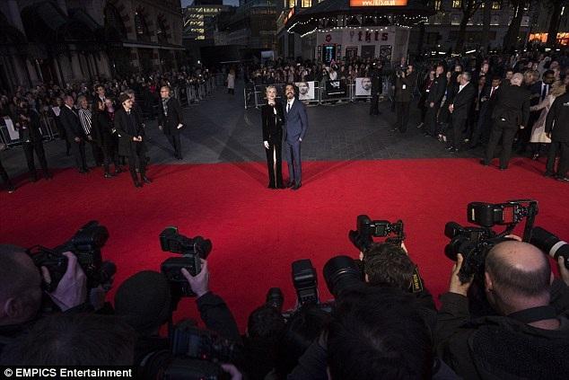 Nicole Kidman loay hoay giữ váy vì gió to - 8