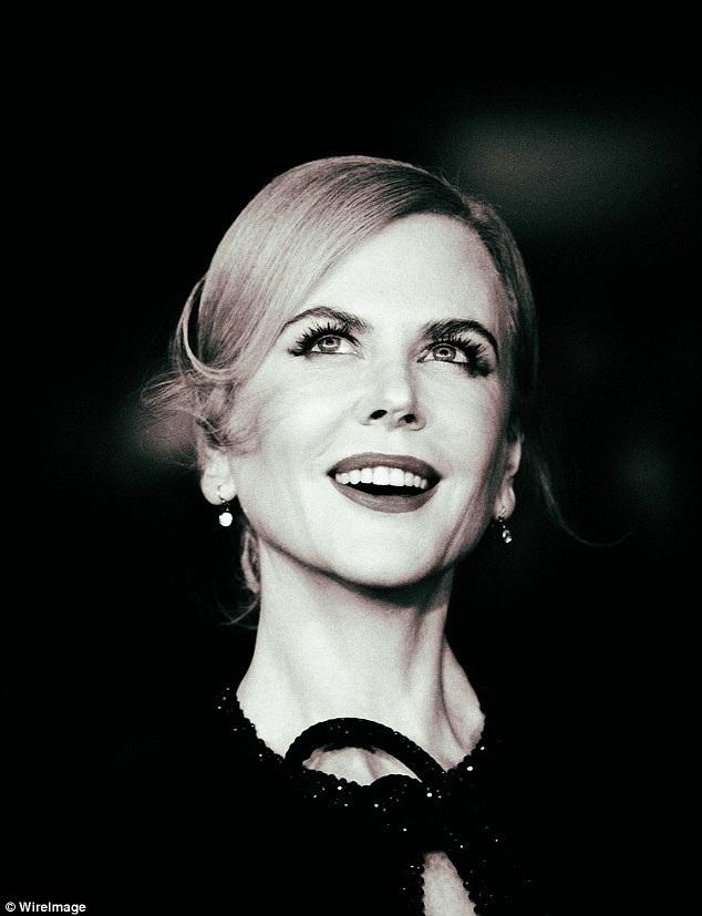 Nicole Kidman loay hoay giữ váy vì gió to - 4