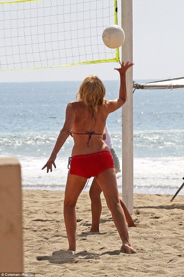Sharon Stone vừa kết thúc lịch quay một bộ phim mới đây và đây là thời gian cô nghỉ ngơi, thư giãn. Trong nhóm bạn của Sharon còn có người đồng nghiệp Jason Gibson.