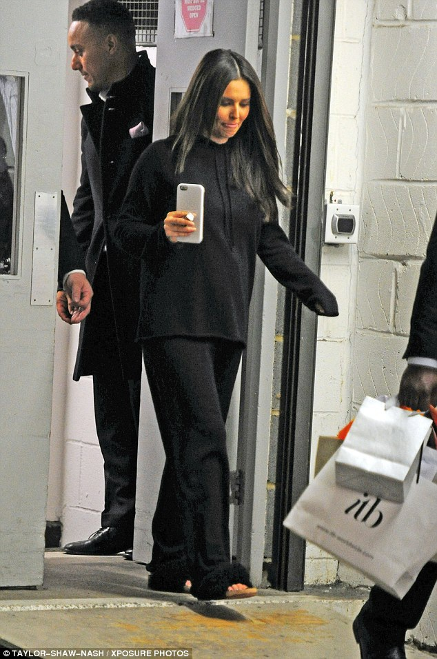 Cheryl lần đầu lộ dáng bà bầu trong bộ trang phục thùng thình này.